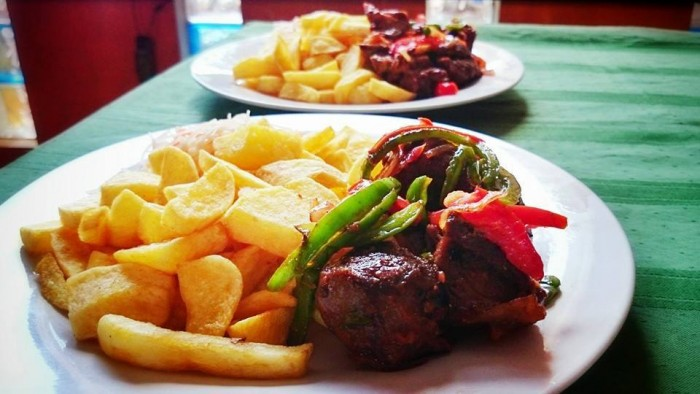 Chips served with roasted beef at Tal Cottages