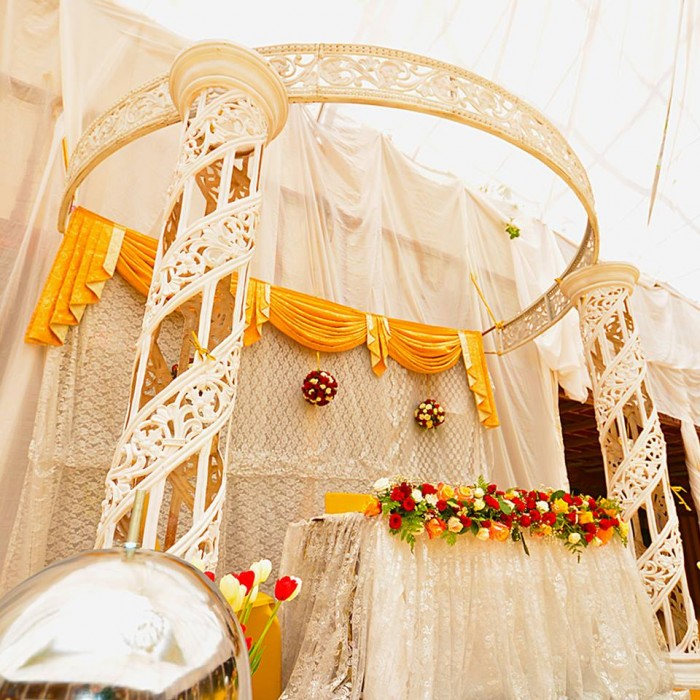 High table wedding decorations at Mackinnon Suites