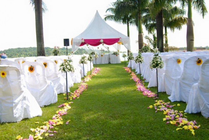 Take your Vows at the Lakeside