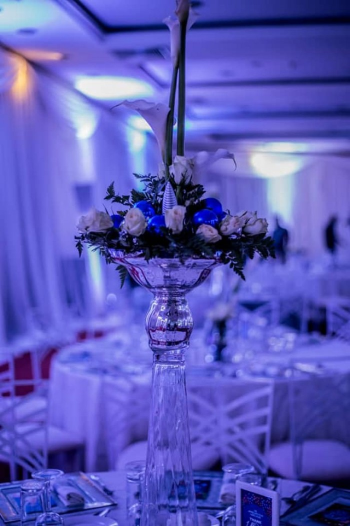 Subtle accents of the corporate colours, dinner decor by Viable Options