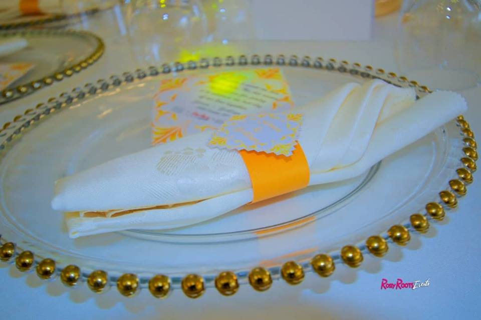 Glass and gold charger plates, wedding decor by Rossy Roots